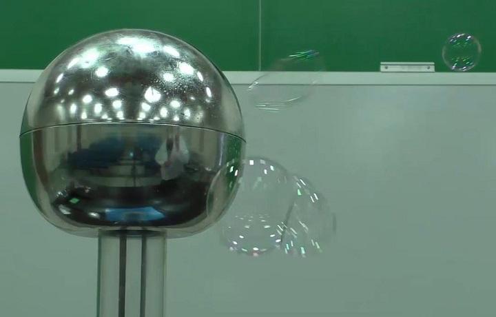5a4024_blow_bubbles_at_van_de_graaff_3